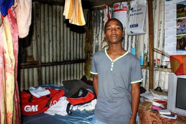 3. La famille de Martin habite dans cette cabane.  Cet étudiant en informatique a reçu une bourse de la Fédération Wallonie-Bruxelles